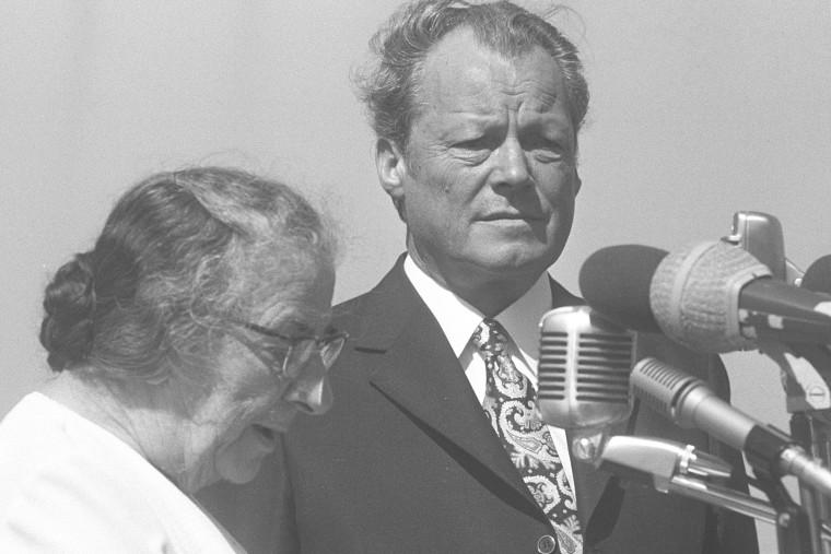 Die israelische Ministerpräsidentin Golda Meir (links) begrüßt Bundeskanzler Willy Brandt auf dem Flughafen Lod. Im Mittelpunkt der Unterredungen stehen bilaterale Fragen, die Lage im Nahen Osten und die Beziehungen Israels zur Europäischen Wirtschaftsgemeinschaft (EWG). Brandt reist als erster Regierungschef der Bundesrepublik Deutschland nach Israe