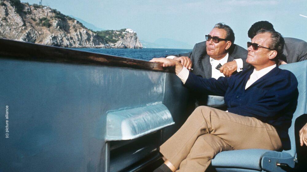 Bundeskanzler Willy Brandt (r) und der sowjetische Staats- und Parteichef Leonid Breschnew am 17. September 1971 während einer Bootsfahrt in der Sowjetunion entlang der Krimküste. | Verwendung weltweit