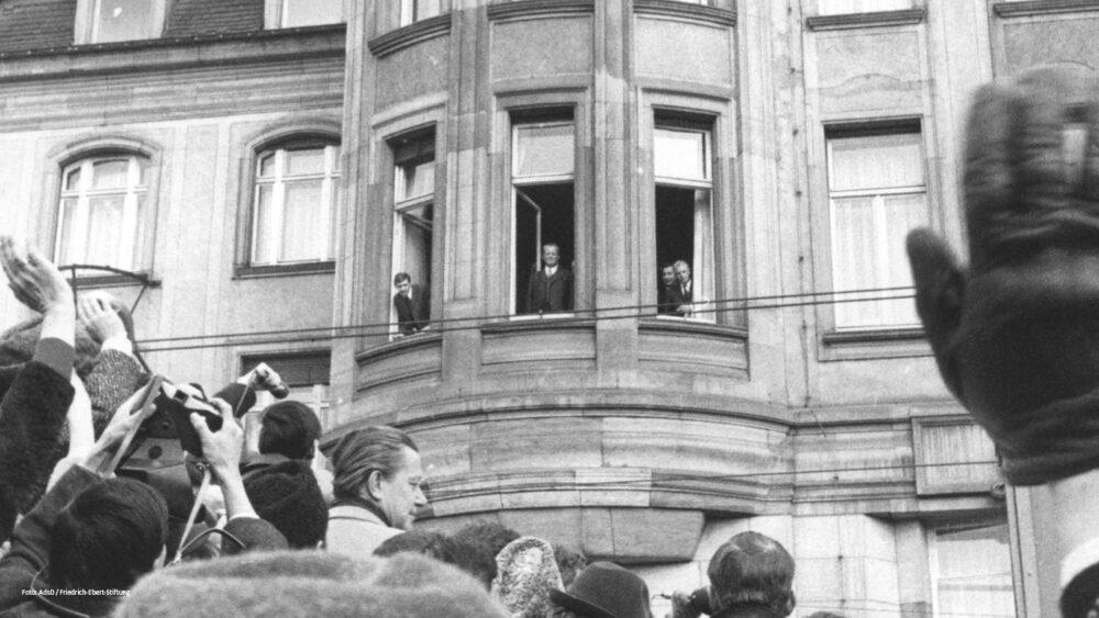 Willy Brandt am Fenster, Erfurt, 19 März 1970. Foto AdsD/Friedrich-Ebert-Stiftung