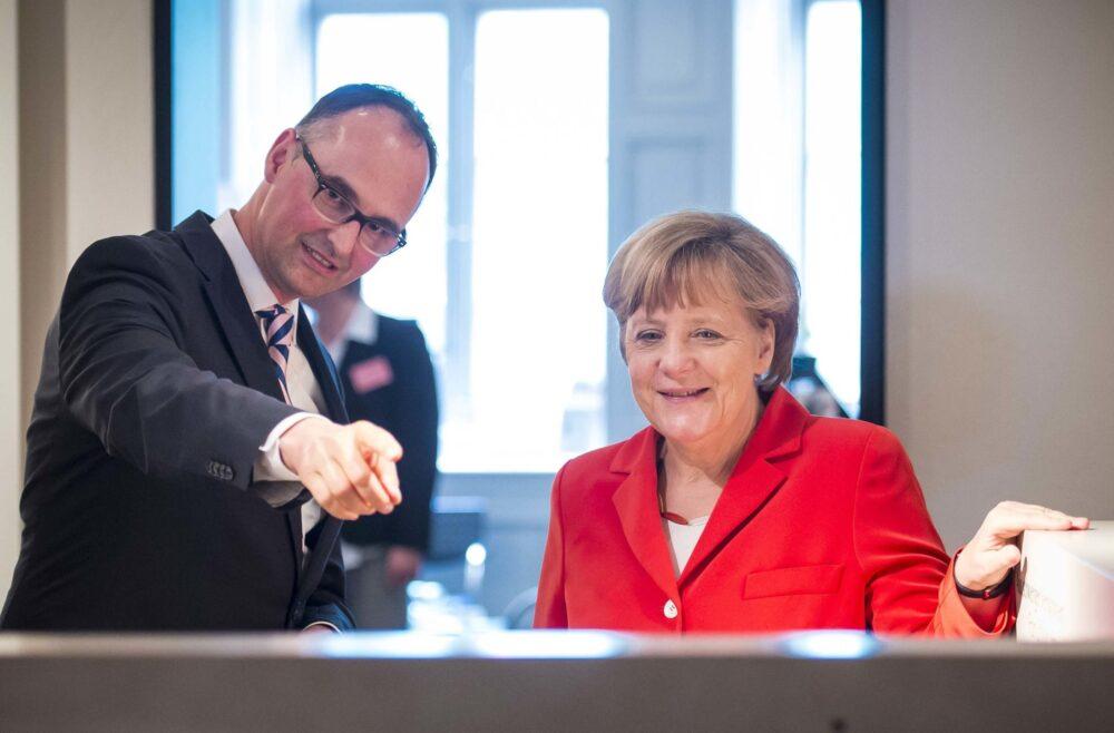 Jürgen Lillteicher, Leiter des Willy-Brandt-Hauses, erläutert der Bundeskanzlerin das Ausstellungskonzept. Foto: BWBS/ Olaf Malzahn
